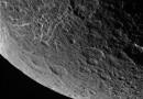 Foto de Dione, luna de Saturno, tomada por la sonda Cassini