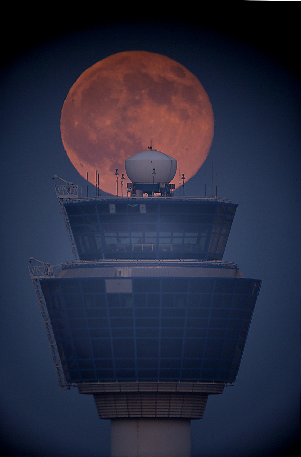 Anthony-Ayiomamitis-lunar-scenic-airport-01_1438382142