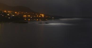 Foto de la luz de la Luna en la bahía de Roses, Girona (España)