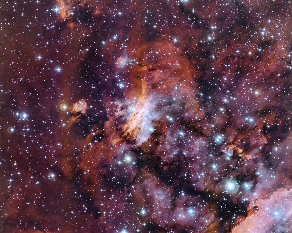 El profuso mosaico de nubes de gas en esta nueva imagen forma parte de una enorme guardería estelar apodada la Nebulosa del Camarón (también conocida como Gum 56 o IC 4628). Tomada utilizando el telescopio MPG/ ESO de 2,2 metros en el Observatorio La Silla, en Chile, esta puede ser una de las mejores imágenes jamás obtenidas de este objeto. Es posible apreciar grupos de estrellas calientes de reciente formación, refugiadas entre las nubes que conforman la nebulosa. Crédito: ESO