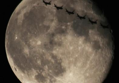 La Luna y la secuencia del tránsito de un avión