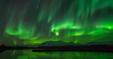 Auroras boreales y las Pléyades desde Ringvassøy, Noruega