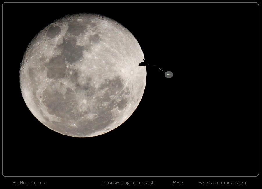 Oleg-Toumilovitch-Moon-Plane_jet-fumes_O_Toumilovitch_1446127070