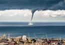 Foto de una manga de agua desde Génova, Italia
