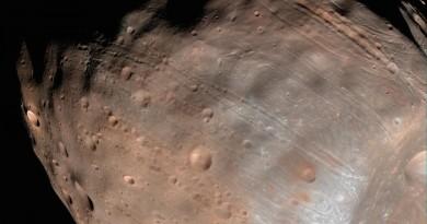 Fobos, una de las lunas de Marte, se rompe poco a poco