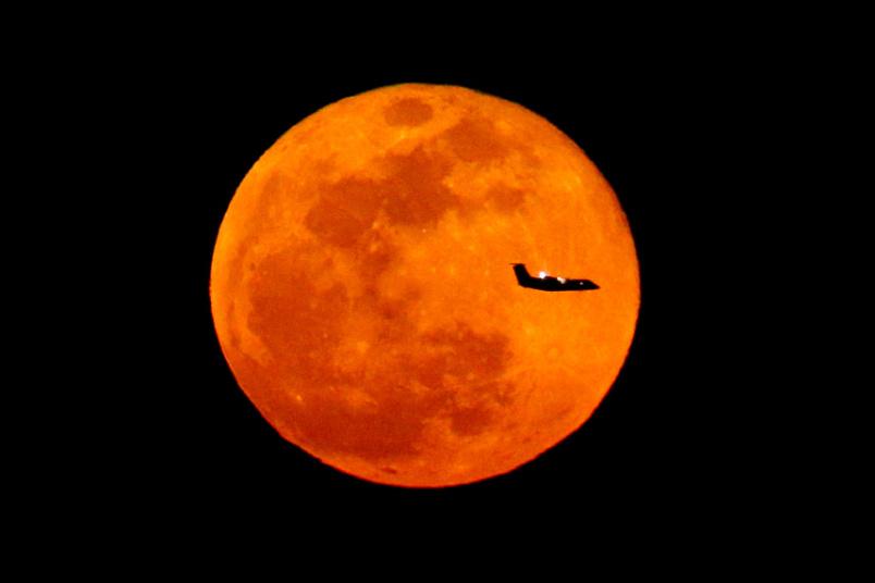 La luna llena y un avi n desde nueva jersey estados for Cambio lunar julio 2016
