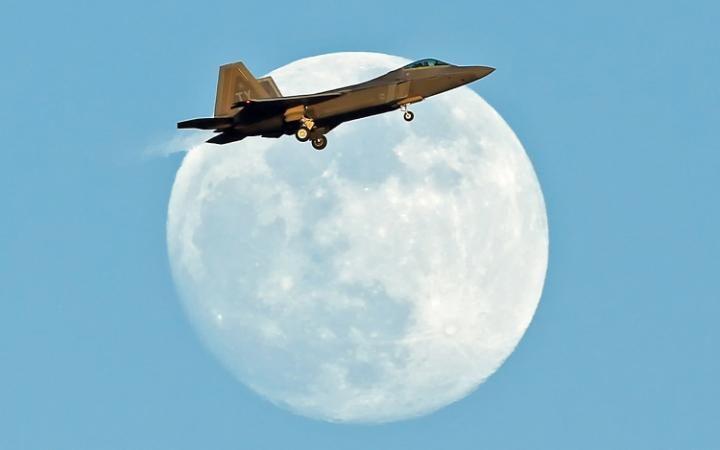 La Luna y un avión caza F-22 Raptor desde Inglaterra - El Universo Hoy