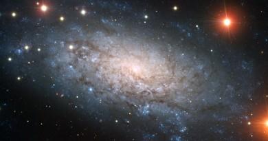 Los tres agujeros negros centrales de la galaxia NGC 3621