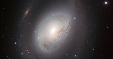 NGC 3368: una galaxia 'imperfecta' en la constelación de Leo