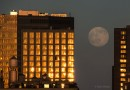 La Luna llena desde Manhattan, Nueva York, Estados Unidos