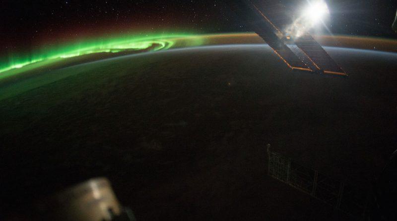 Auroras australes y la Luna desde la Estación Espacial Internacional