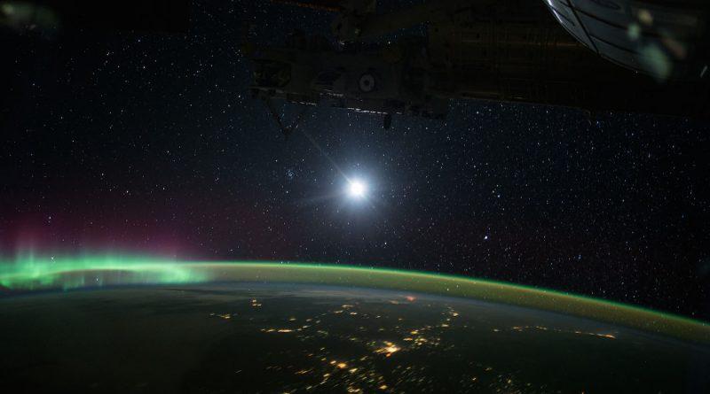 Auroras boreales y la Luna desde la Estación Espacial Internacional
