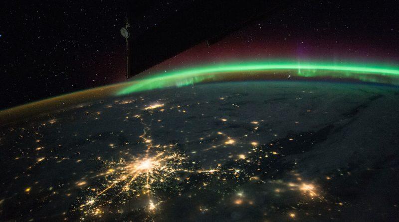Auroras boreales y Moscú, Rusia, desde la Estación Espacial Internacional