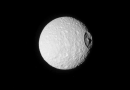 Imagen de Mimas, luna de Saturno, tomada por la sonda Cassini