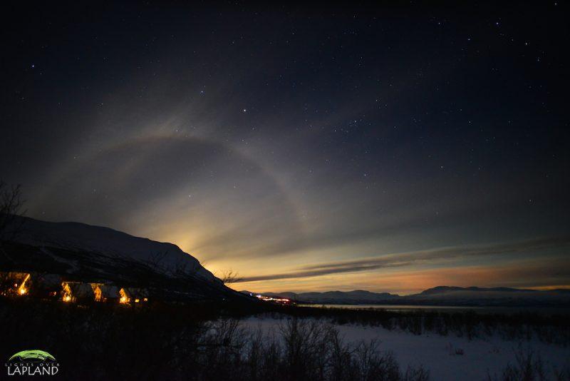 un halo lunar se oculta del monte noulja en el parque nacional de abisko suecia en esta fotografa tomada antes del amanecer del martes de enero de