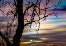 El Sol y nubes estratosféricas polares al atardecer en Suecia
