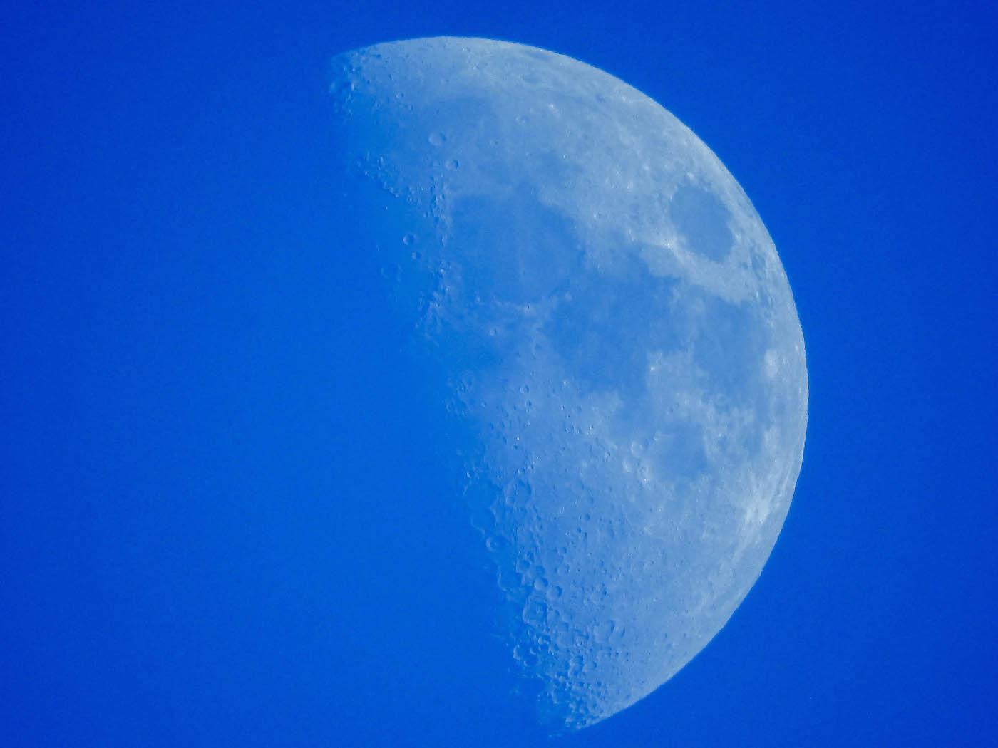 La Luna en fase Cuarto Creciente desde Inglaterra – El Universo Hoy