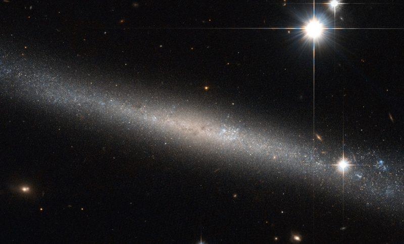 La estructura súper delgada de la galaxia IC 2233