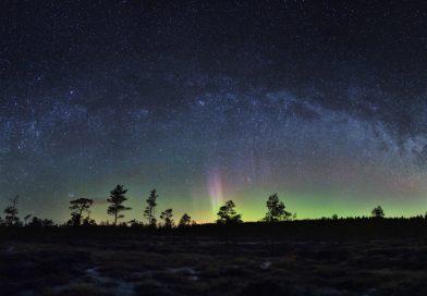 Auroras boreales y la Vía Láctea desde Inari, Finlandia