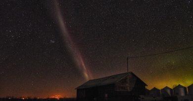 Foto de la constelación de Tauro, las Pléyades y un arco de protones