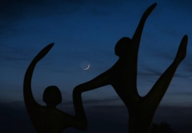 La Luna creciente al anochecer en Nueva Jersey, EE. UU.