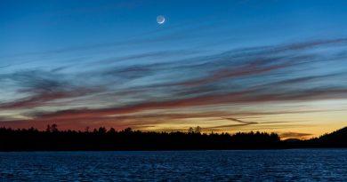 La Luna creciente al atardecer en Arizona, Estados Unidos