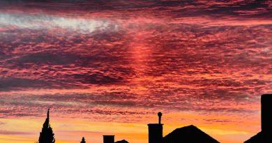 Un pilar de luz al amanecer en Denderleeuw, Bélgica