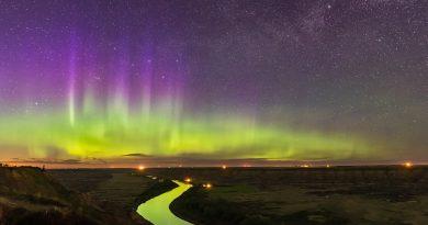 Auroras boreales y la Vía Láctea desde Alberta, Canadá