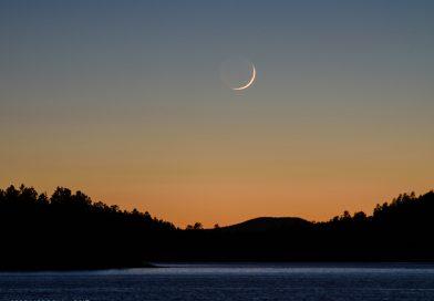 La Luna creciente al atardecer desde Arizona, Estados Unidos