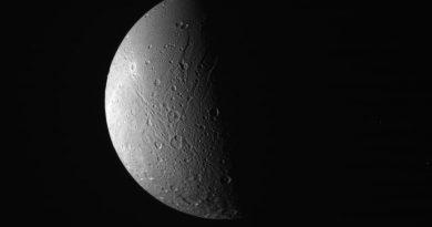 Imagen de Dione tomada por la sonda Cassini el 22 de junio