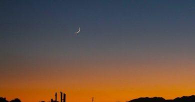 La Luna creciente al atardecer en Isfahán, Irán