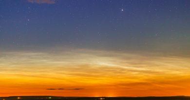Nubes noctilucentes y la estrella Capella desde Alberta, Canadá