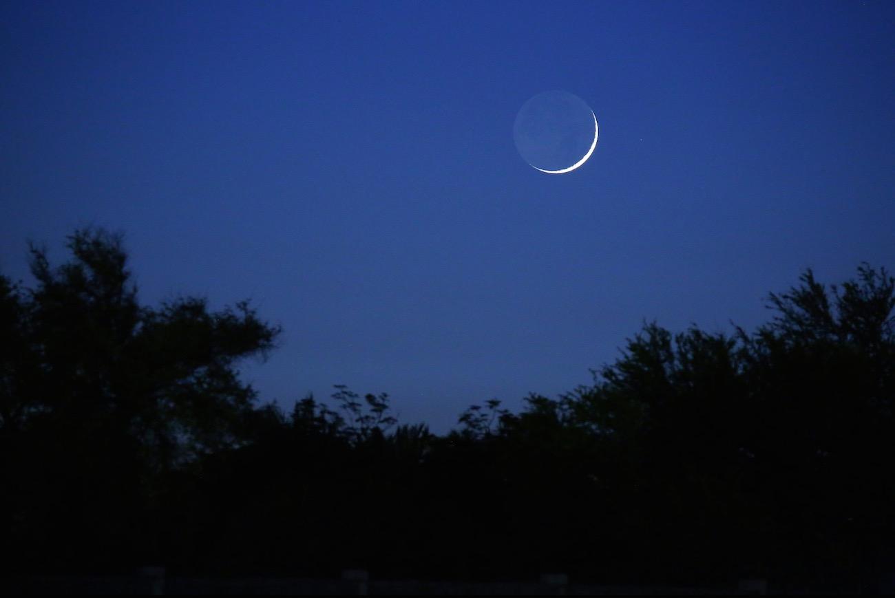 La luna creciente desde bar in el universo hoy for Calendario lunar de hoy