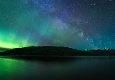 Auroras boreales y la Vía Láctea desde la Columbia Británica, Canadá
