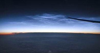 Nubes noctilucentes desde un avión sobre Groenlandia