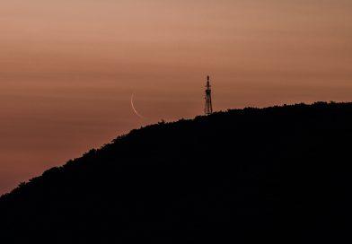 La Luna menguante al amanecer en Sajonia, Alemania