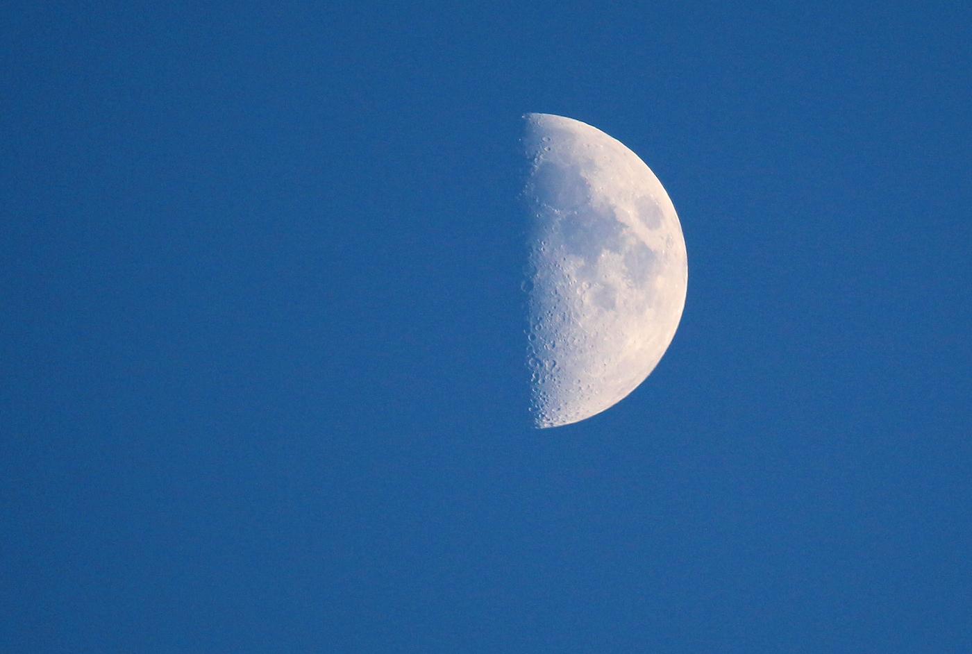 La Luna en fase Cuarto Creciente desde el Montseny, Barcelona – El ...