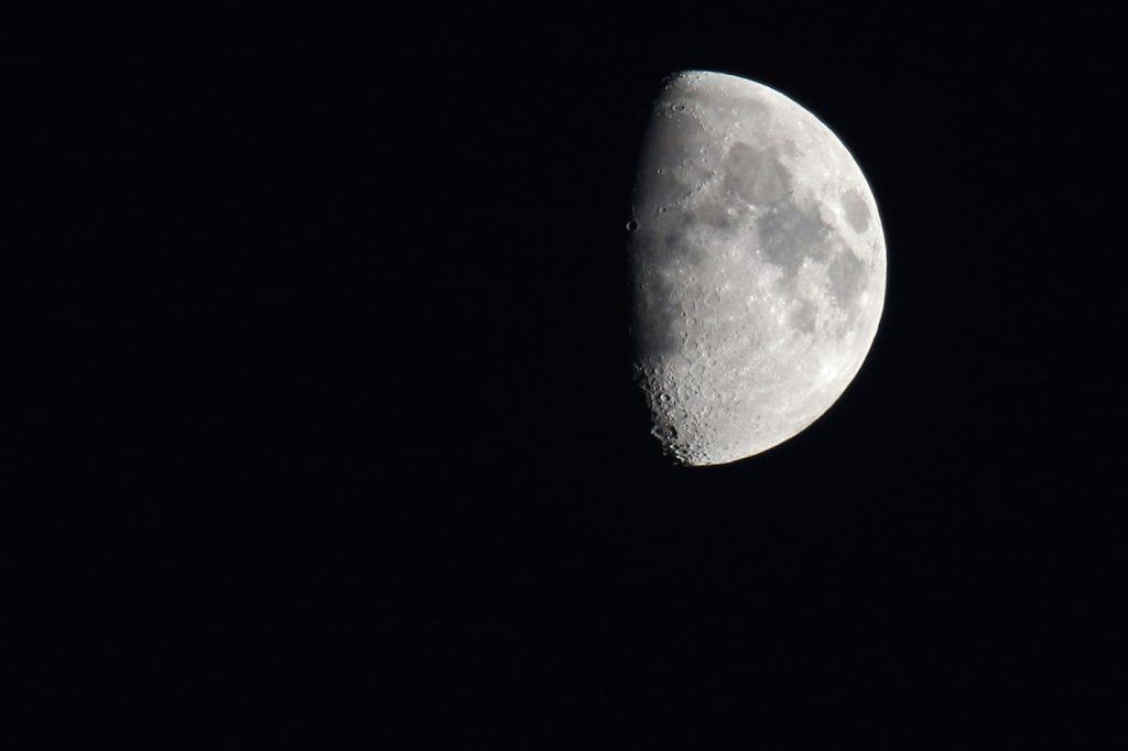 La luna gibosa creciente desde arenys de munt barcelona for Proxima luna creciente