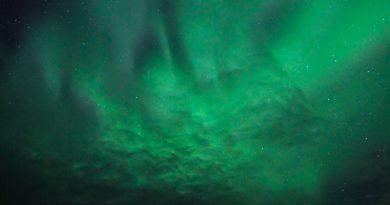 Auroras boreales entre las nubes desde el norte de Finlandia