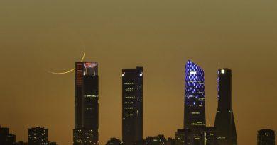 La puesta de la Luna creciente desde Madrid, España