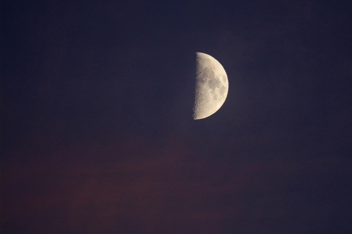 La Luna en fase Cuarto Creciente desde Arenys de Munt, Barcelona ...
