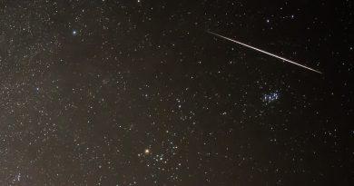Una gemínida, las Pléyades y la constelación de Tauro