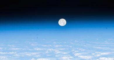 La puesta de la Luna desde la Estación Espacial Internacional