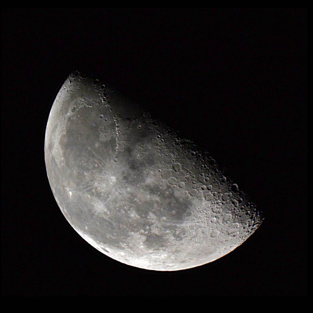 Imagen de la Luna en la fase Cuarto Creciente – El Universo Hoy