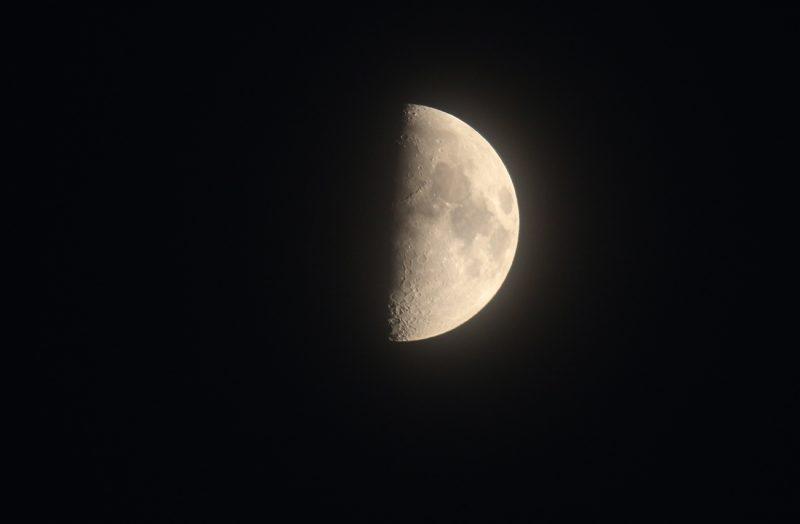 Imagen de la luna en fase cuarto creciente el universo hoy for Calendario lunar hoy