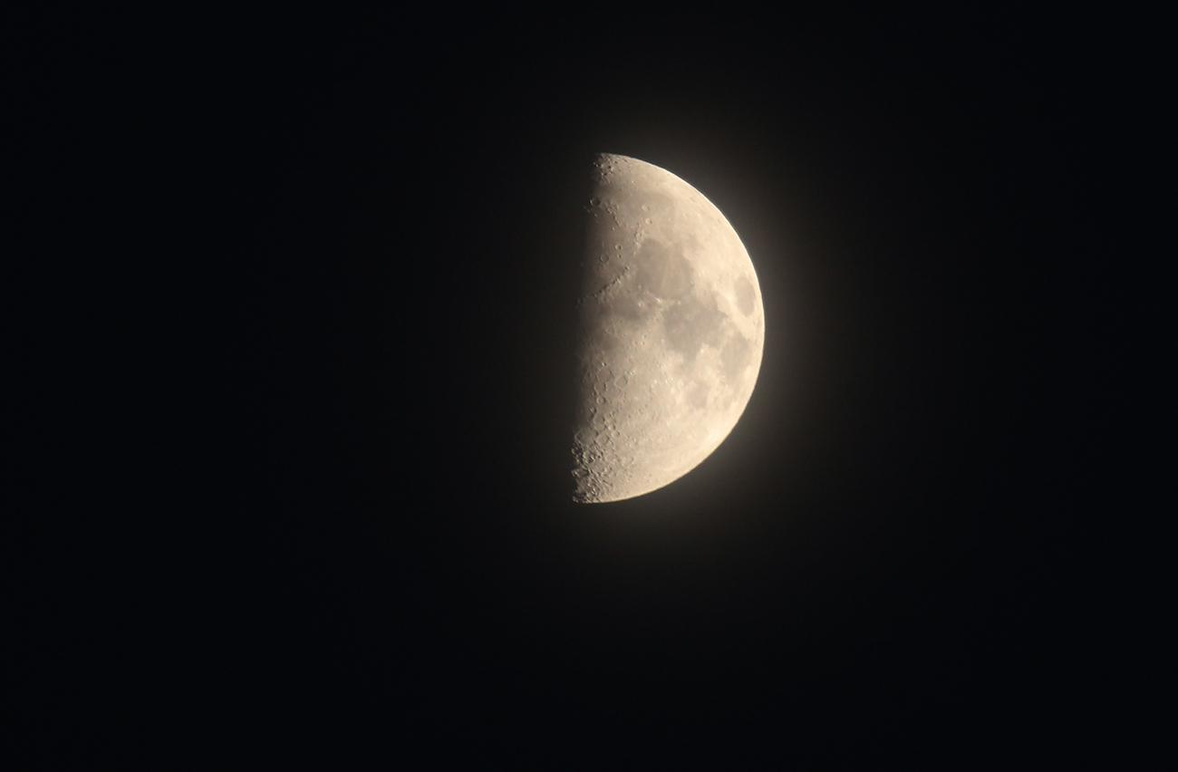Imagen de la luna en fase cuarto creciente el universo hoy for Calendario lunar de hoy