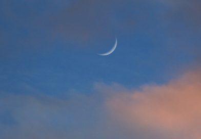 La Luna creciente al atardecer en Arenys de Munt, Barcelona