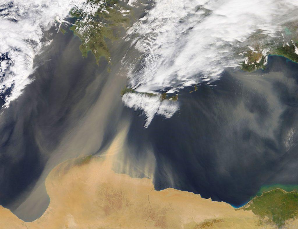 Imagen De Una Tormenta De Arena Sobre El Mar Mediterráneo
