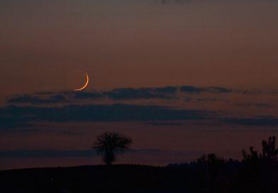 La Luna creciente captada al atardecer en Szubin, Polonia