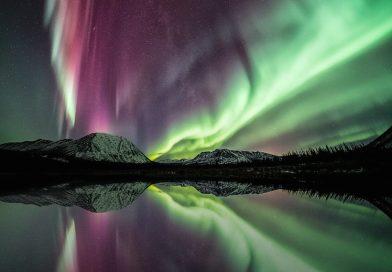 Auroras boreales y la Vía Láctea desde el Yukón, Canadá